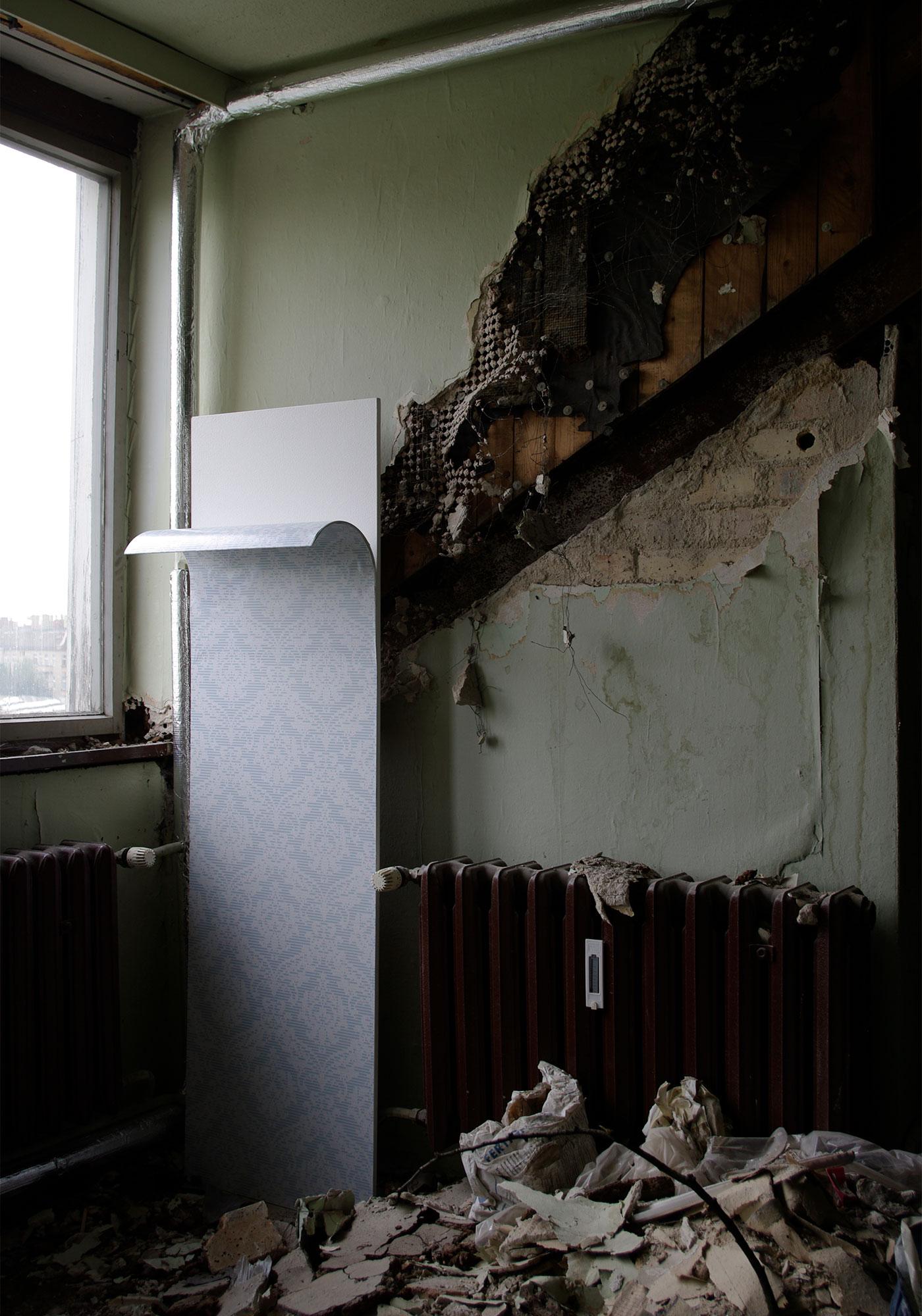 Einige Bahnen der Tapete fallen von oben herab, während andere sich von unten her aufrollen.