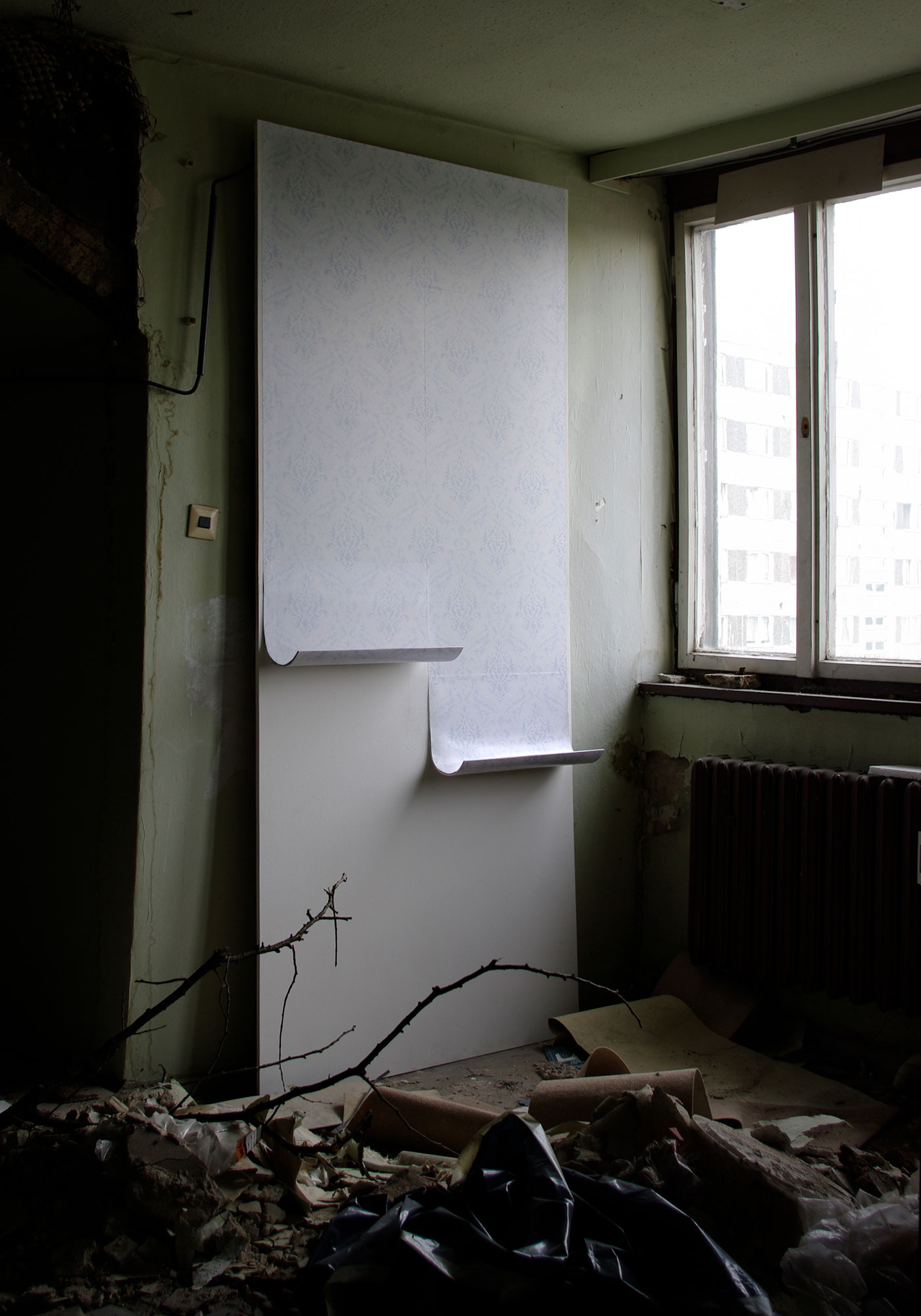 Feuchtigkeit durchdringt den Raum. Die Tapete löst ich von der Wand.