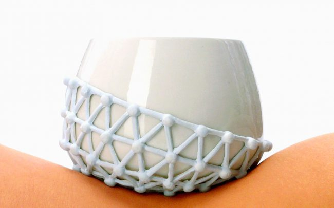 Die Porzellanschale Suggle Up wurde speziell für das Essen aus der Hand entwickelt.